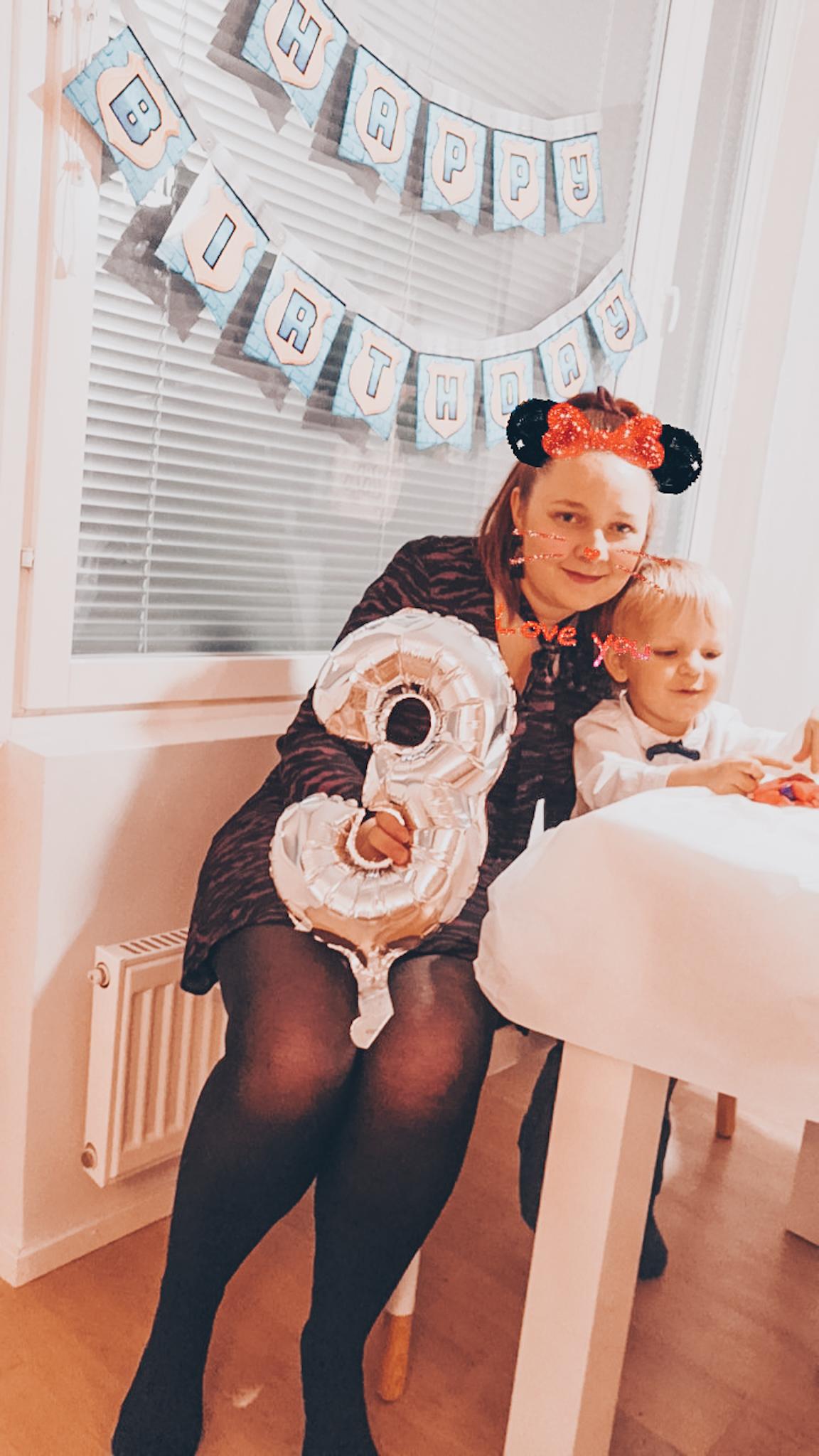 äiti ja poika syntymäpäiväjuhlilla